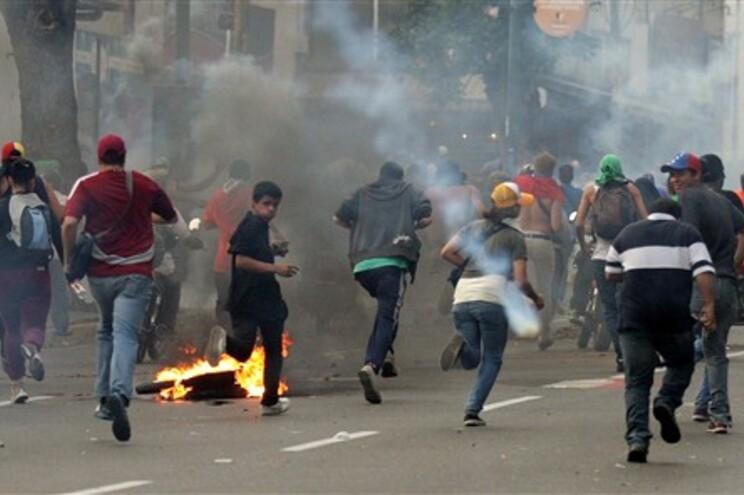 """Maduro acusa oposição """"fascista"""" de sete mortes em confrontos na Venezuela"""