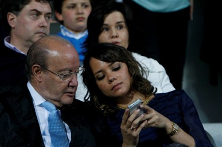 Pinto da Costa e a compaheira, Fernanda Miranda, durante o encontro do F. C. Porto em Moreira de Cónegos