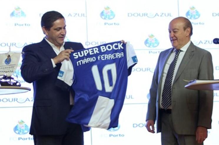 Mário Ferreira recebeu uma camisola do F. C. Porto