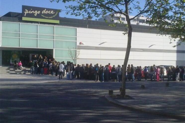Filas enormes à porta dos supermercados Pingo Doce neste Dia do Trabalhador