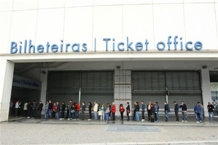 Fila para comprar bilhetes para o jogo F.C. Porto-Benfica