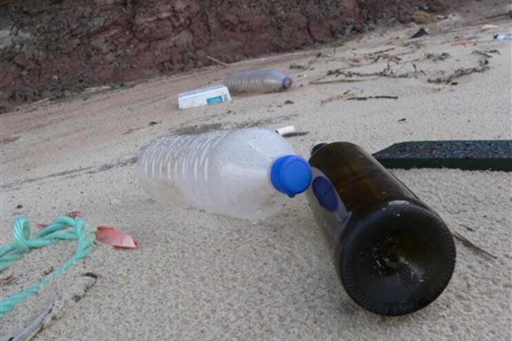 O projeto visa reduzir a poluição causada por garrafas e latas