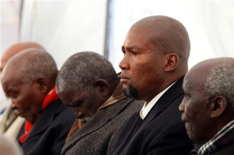 Os três corpos foram enterrados em 2011 em Mvezo, o local de nascimento de Mandela, e onde Mandla projeta