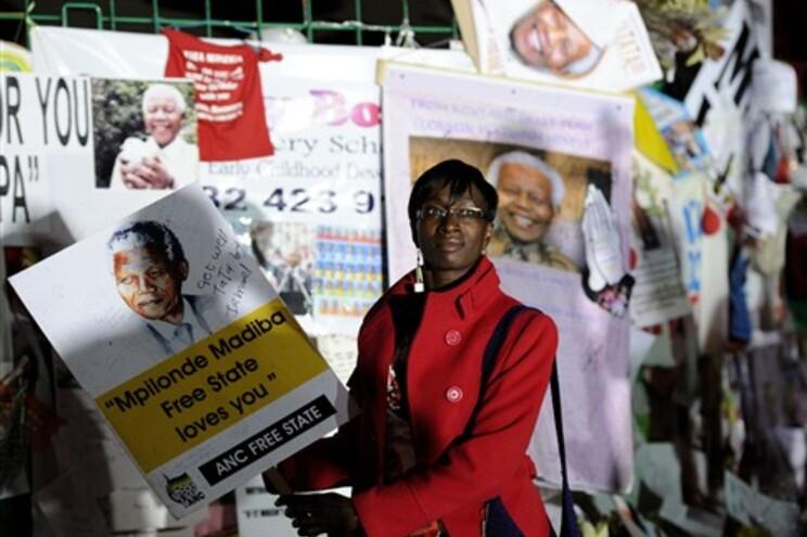 Sul-africanos demonstram afeto por Mandela no exterior do hospital