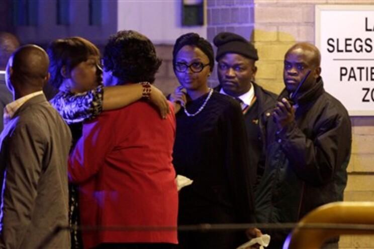 A ex-mulher de Mandela, Winnie, e a filha Zindzi deixam o hospital onde está internado o ex-presidente