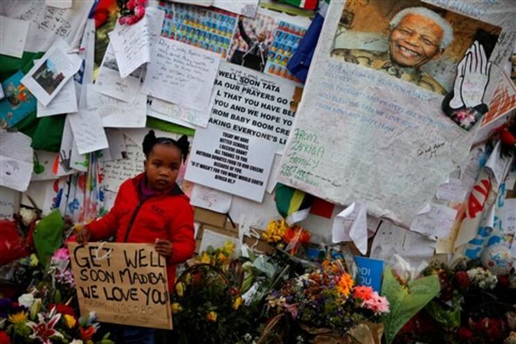 Milhares de mensagens são deixadas junto ao hospital onde Mandela está internado