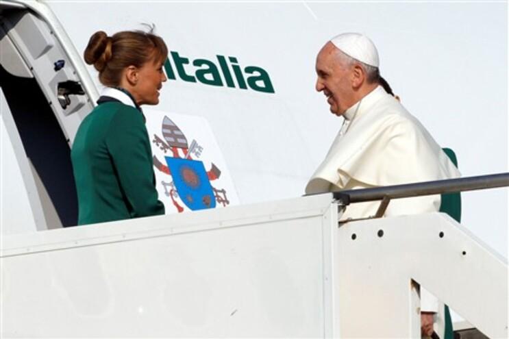 Papa embarcou na manhã desta segunda-feira para a viagem ao Brasil