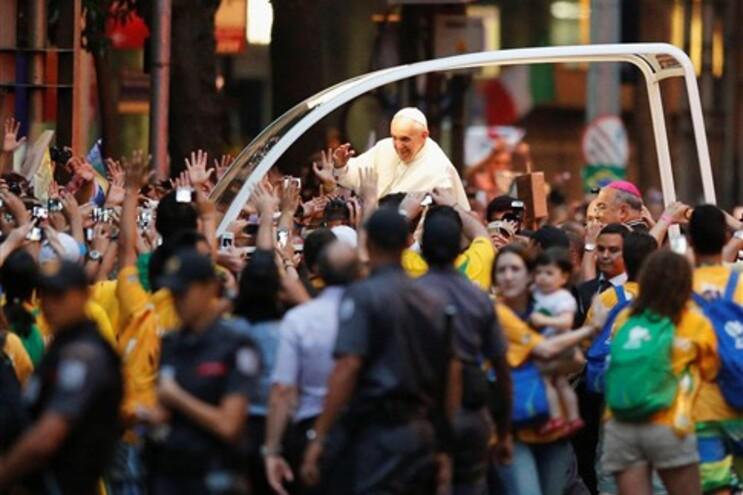 Papa Francisco recebido por multidão no Rio de Janeiro