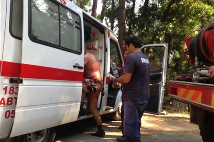 Um dos bombeiros feridos no Caramulo entra para a ambulância