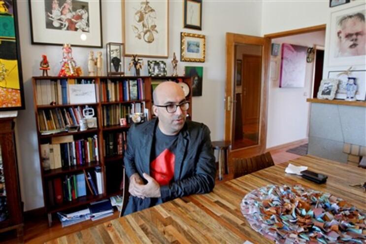 Escritor Valter Hugo Mãe fotografado em sua casa, em Vila do Conde