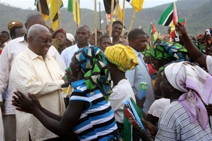 Presidente moçambicano com a população na província de Manica