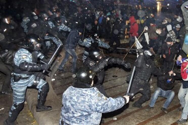 Os manifestantes protestavam, desde sexta-feira, contra o Presidente ucraniano