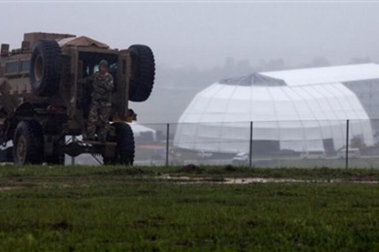 Patrulha do exército junto à tenda em construção para receber cerimónia fúnebre