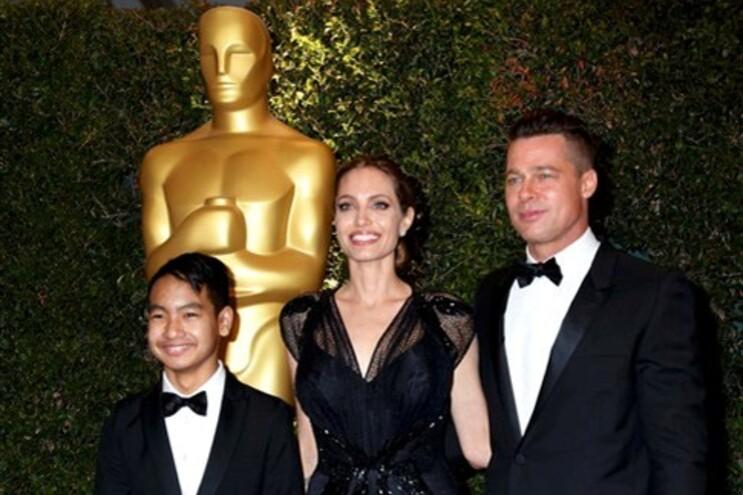 Jolie e Pitt com o filho Maddox quando a atriz recebeu Óscar Honorífico pela sua ação humanitária (novembro