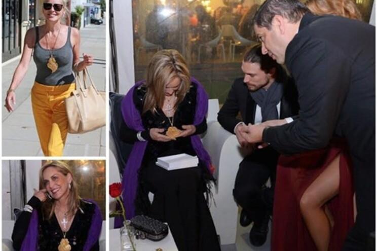 Momento em que Sharon Stone recebe o presente