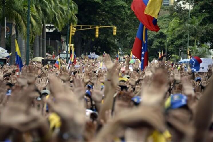 Estudantes venezuelanos teimam em não sair das ruas