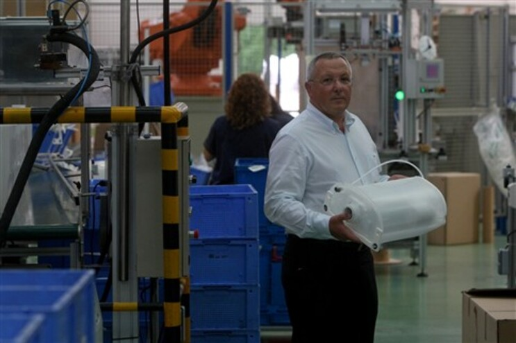 António Oliveira com um dos produtos criados pela OLI, a empresa portuguesa com mais pedidos de pantentes