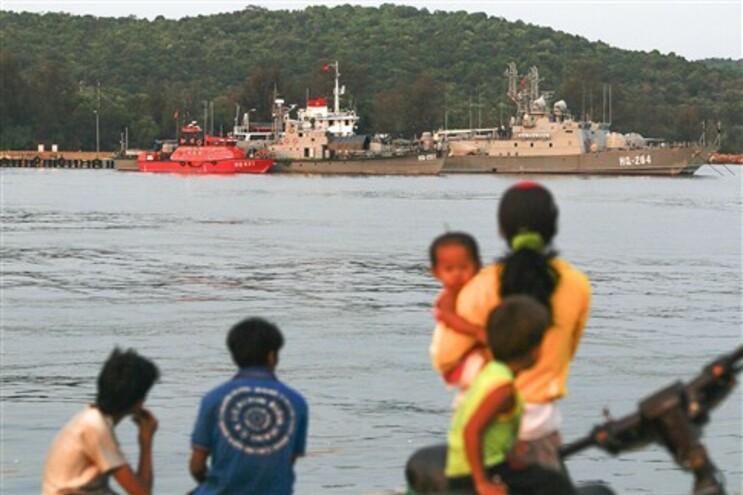 Barcos ancorados na base naval da ilha de Phu Quoc, perto do local onde terá desaparecido o avião da