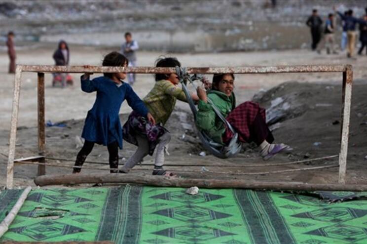 Raparigas afegãs a brincar em Cabul