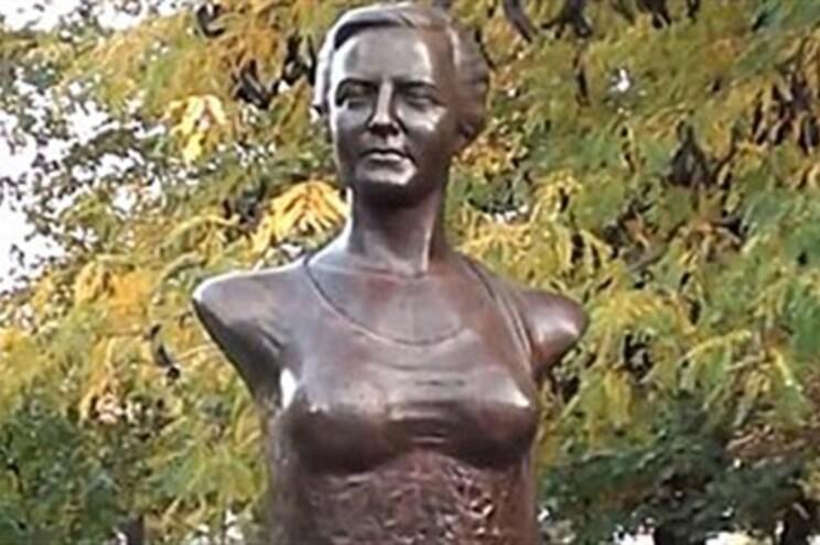 A estátua de Arethia Tatarescu custou cerca de cinco mil euros