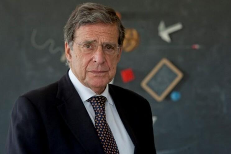Vasco Graça Moura, fotografado no seu gabinete no CCB