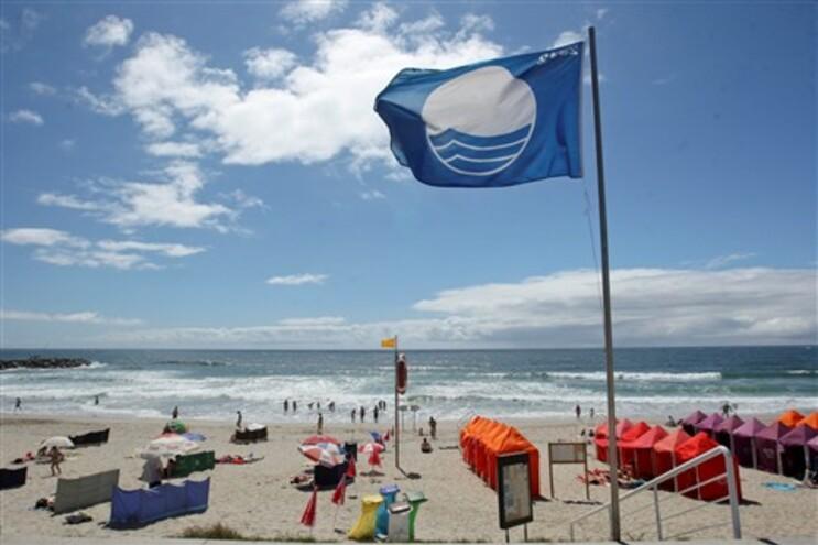 Bandeira azul atribuída a 298 praias portuguesas