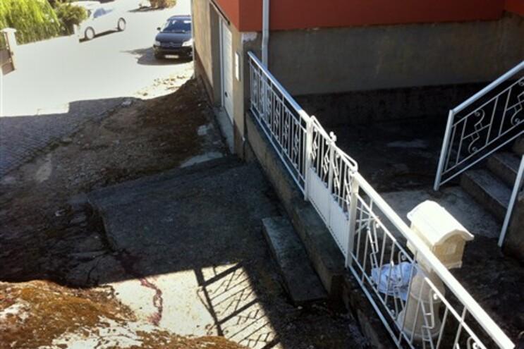 Crime ocorreu no exterior da casa da mulher que ficou ferida