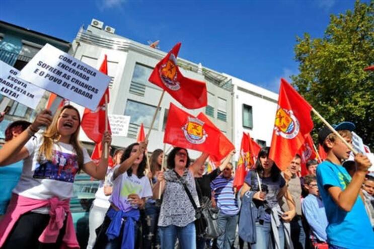 Protesto contra o encerramento da escola em frente à DREN, no Porto
