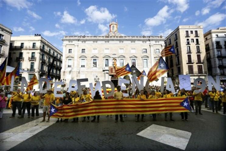 Artur Mas assinou o decreto no palácio do Governo regional em Barcelona