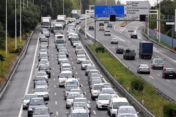 Cinco milhões de euros por dia queimados no trânsito