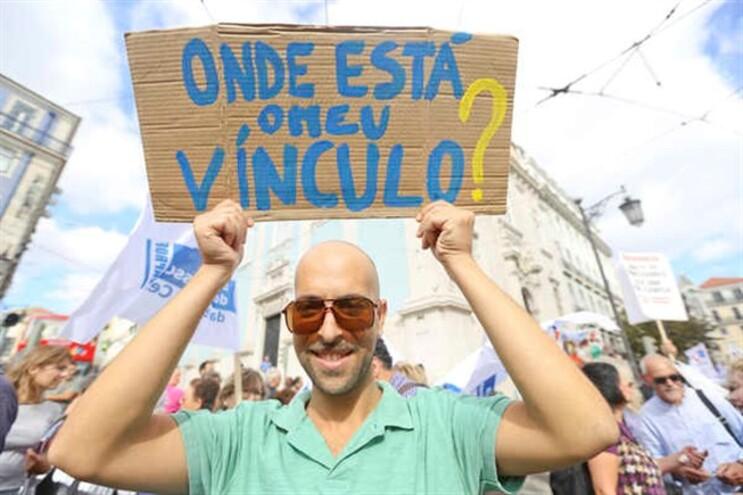 Professores manifestaram-se, domingo, Dia Mundial do Professor