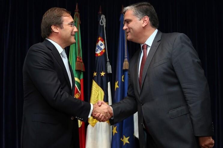 O Primeiro ministro, Pedro Passos Coelho cumprimenta o presidente do Governo Regional dos Açores, Vasco