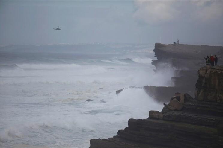 Agitação marítima dificulta buscas de pescadores que naufragaram em Sintra