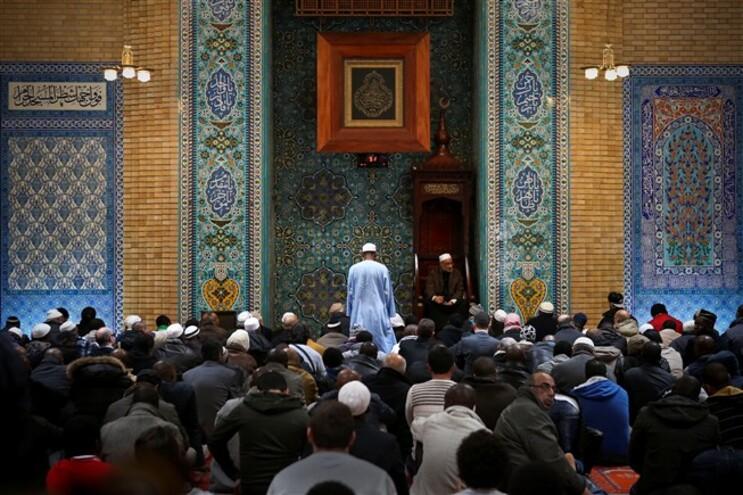 """A frase """"'a paz esteja convosco' é comum a estas três religiões"""", afirmou o imã da mesquita, David Munir"""