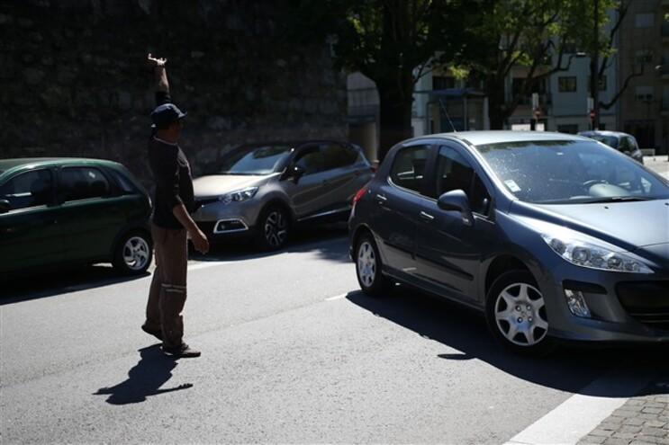No Porto há arrumadores desempregados e reformados que pedem para comer