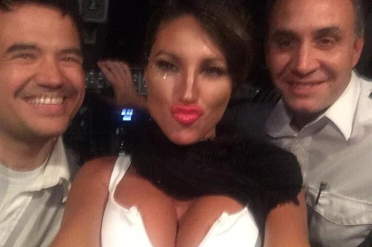 Pilotos deixaram ex-atriz porno levantar avião