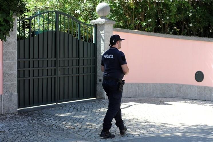 Polícia à porta da casa de Ricardo salgado