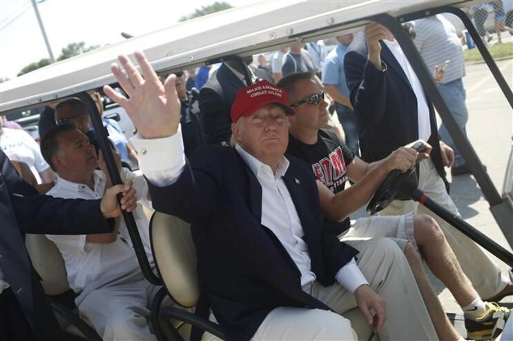 Donald Trump saúda apoiantes