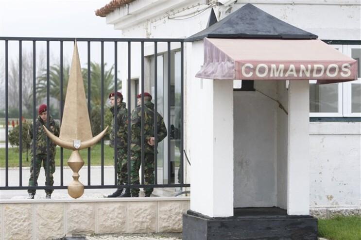 Incêndio em Belas atingiu perímetro militar do Quartel da Carregueira