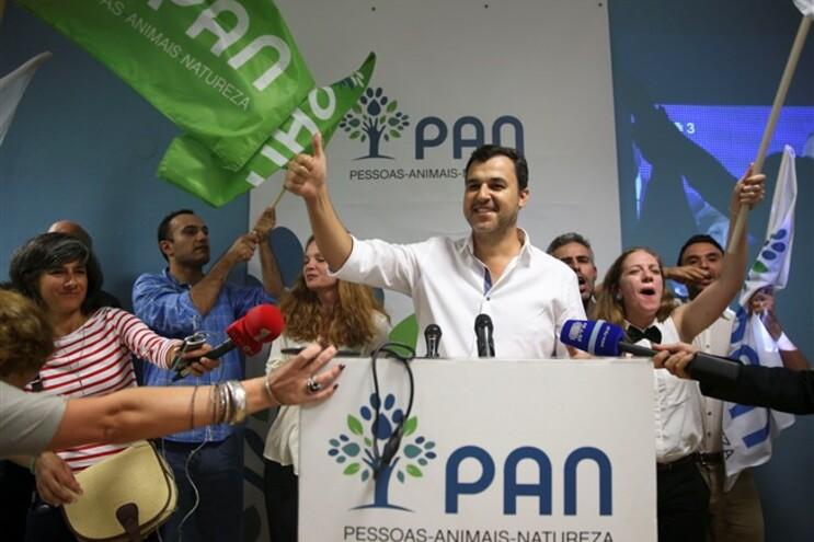 André Lourenço e Silva celebra após ter sido eleito deputado pelo círculo eleitoral do PAN de Lisboa