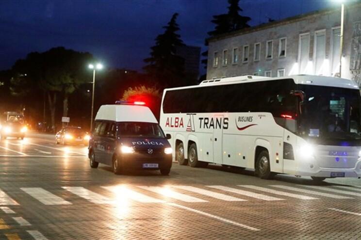 Autocarro da seleção da Sérvia com escolta policial em Tirana