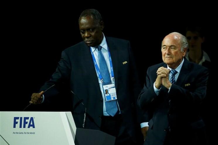 Issa Hayatou ao lado de Blatter