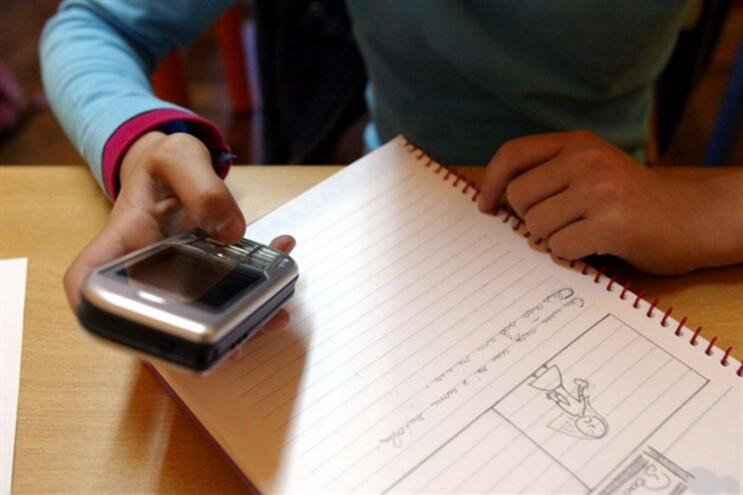 Ter telemóvel aos 10 anos conincide com a fase da mudança de escola - para trás fica a primária