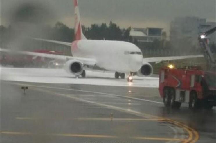 Bombeiros combatem fogo em avião errado