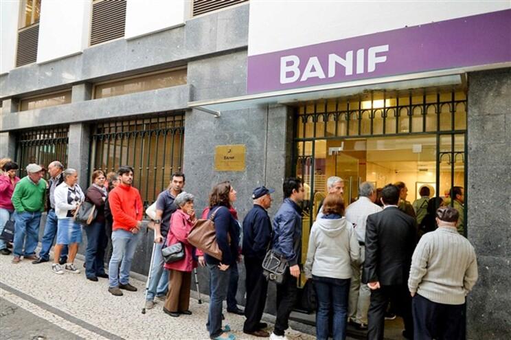 Clientes no balcão da sede do Banif, no Funchal
