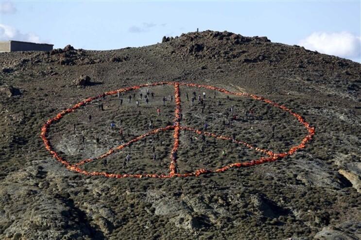 """Símbolo da paz """"desenhado"""" com coletes salva-vidas usados por refugiados, na ilha de Lesbos, no dia 1"""