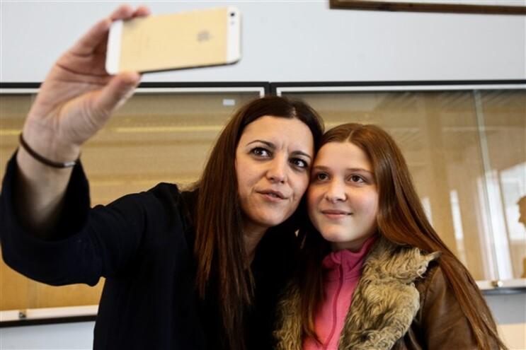 Marisa Matias encontra aluna cujos pais ajudou e emociona-se