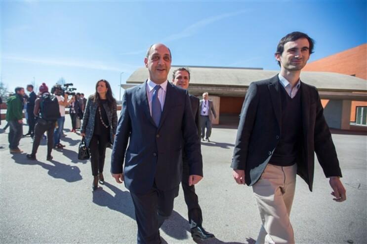 Manuel Pizarro, ao centro, critica PSD
