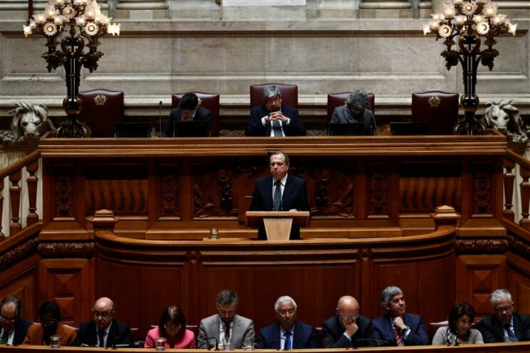 Carlos César no parlamento a discursar
