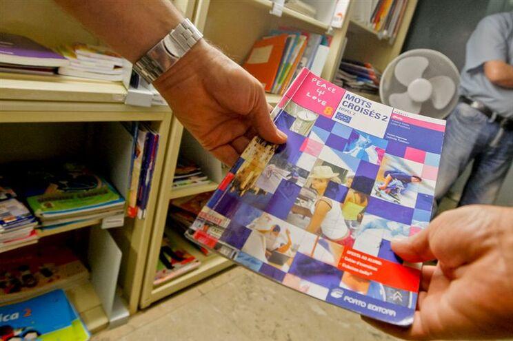 Editores e livreiros contra manuais escolares gratuitos